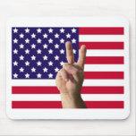 Bandera americana y signo de la paz tapete de raton