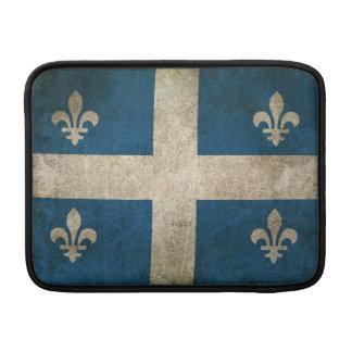 Bandera apenada vintage de Quebec Funda MacBook