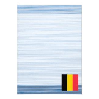 """Bandera belga que flota en el agua invitación 5"""" x 7"""""""
