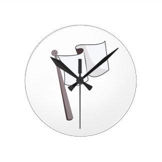 Bandera blanca que agita reloj redondo mediano