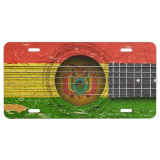 Bandera boliviana en la guitarra acústica vieja placa de matrícula