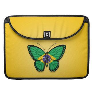 Bandera brasileña de la mariposa en amarillo fundas para macbooks