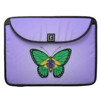 Bandera brasileña de la mariposa en púrpura funda macbook pro