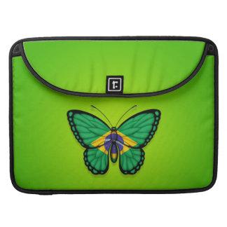 Bandera brasileña de la mariposa en verde fundas para macbooks