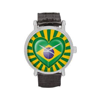 Bandera brasileña del corazón con la explosión de  relojes de mano