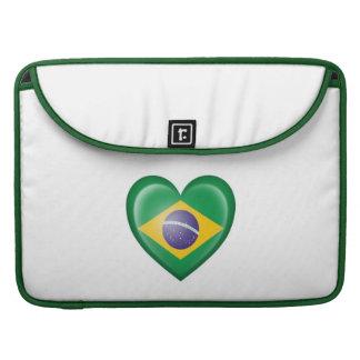 Bandera brasileña del corazón en blanco fundas para macbook pro