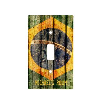 Bandera brasileña del Grunge en el fondo de madera Tapa Para Interruptor