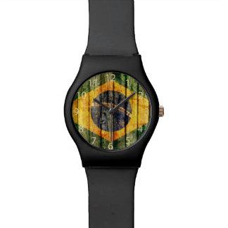 Bandera brasileña del Grunge en fondo rústico del  Relojes De Mano