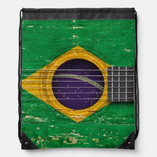 Bandera brasileña en la guitarra acústica vieja mochila