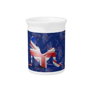 Bandera británica de la silueta del chica jarra de beber