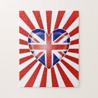Bandera británica del corazón con la explosión de  rompecabezas con fotos