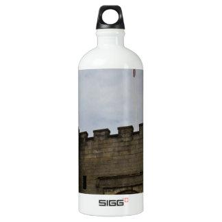 Bandera británica sobre la entrada del castillo botella de agua