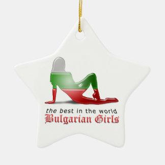 Bandera búlgara de la silueta del chica adorno de cerámica en forma de estrella
