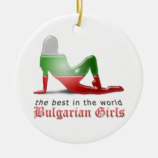 Bandera búlgara de la silueta del chica adorno redondo de cerámica