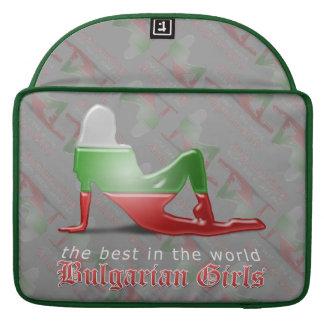 Bandera búlgara de la silueta del chica funda macbook pro
