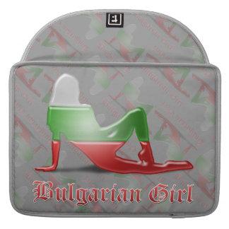 Bandera búlgara de la silueta del chica fundas para macbooks