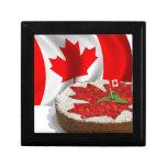 Bandera canadiense con la torta de la hoja de arce cajas de recuerdo