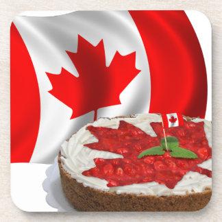 Bandera canadiense con la torta de la hoja de arce posavasos de bebida