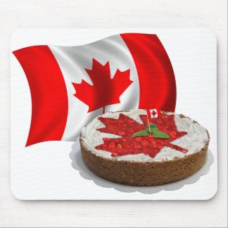Bandera canadiense con la torta de la hoja de arce tapete de raton