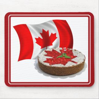 Bandera canadiense con la torta de la hoja de arce alfombrillas de ratones