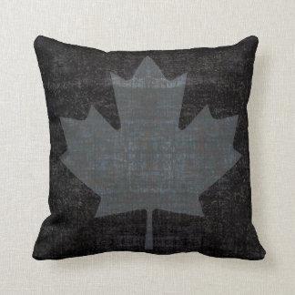 bandera canadiense de la hoja de arce del grunge cojín decorativo