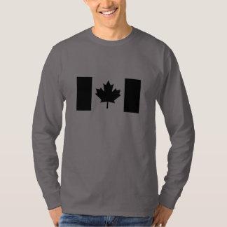 Bandera canadiense en la decoración negra playera