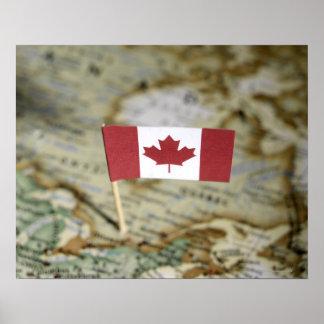 Bandera canadiense en mapa poster