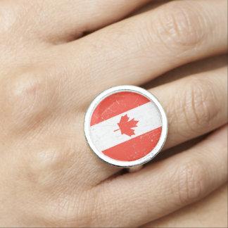 Bandera canadiense rascada y rasguñada anillos