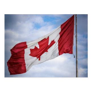 Bandera canadiense roja y blanca del día feliz de postales