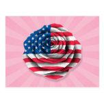 Bandera color de rosa americana en rosa postales