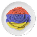 Bandera color de rosa armenia en blanco platos de comidas
