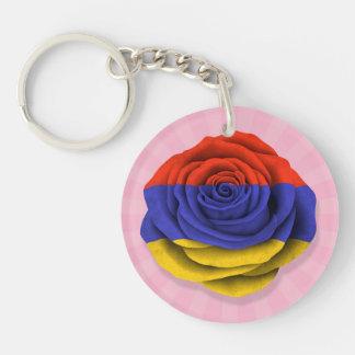 Bandera color de rosa armenia en rosa llaveros
