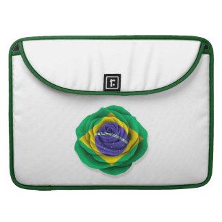 Bandera color de rosa brasileña en blanco fundas macbook pro