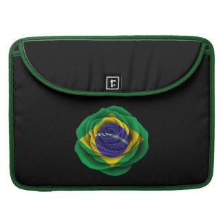 Bandera color de rosa brasileña en negro funda macbook pro