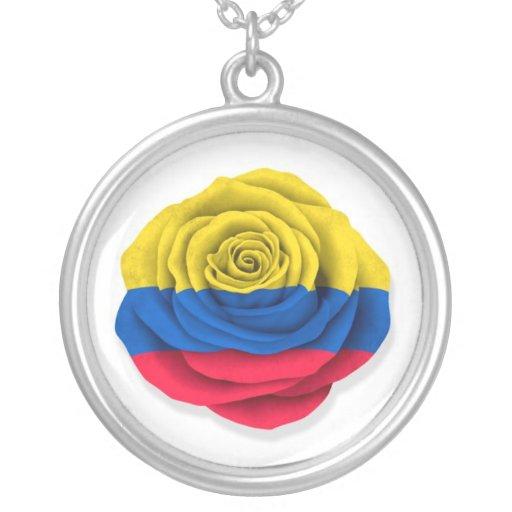 Bandera color de rosa colombiana en blanco collar