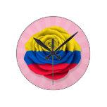 Bandera color de rosa colombiana en rosa reloj
