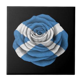 Bandera color de rosa escocesa en negro azulejos ceramicos
