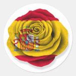 Bandera color de rosa española en blanco pegatina redonda