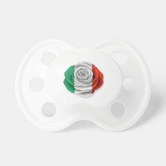 Bandera color de rosa italiana en blanco chupetes de bebe