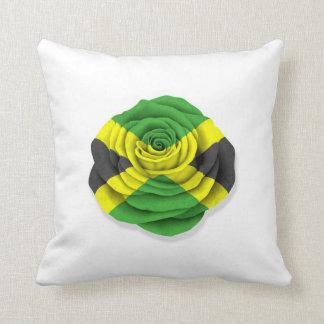 Bandera color de rosa jamaicana en blanco cojin