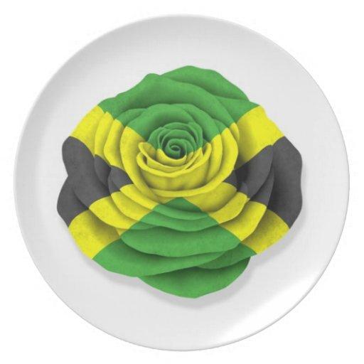 Bandera color de rosa jamaicana en blanco plato para fiesta