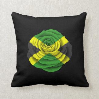 Bandera color de rosa jamaicana en negro almohadas