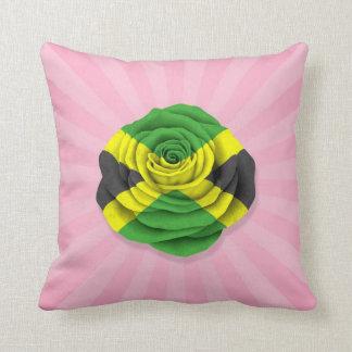 Bandera color de rosa jamaicana en rosa cojin