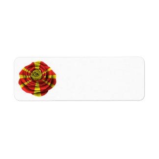 Bandera color de rosa macedónica etiqueta de remite