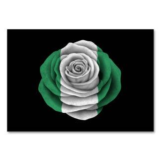 Bandera color de rosa nigeriana en negro