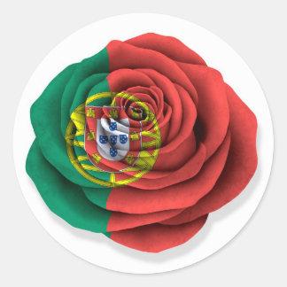 Bandera color de rosa portuguesa en blanco pegatina redonda