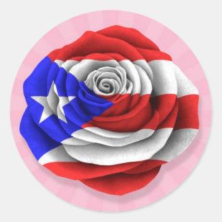 Bandera color de rosa puertorriqueña en rosa pegatina redonda