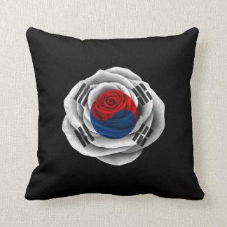 Bandera color de rosa surcoreana en negro cojín decorativo