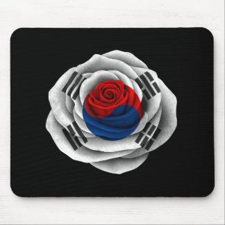 Bandera color de rosa surcoreana en negro mousepad