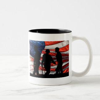 Bandera con la taza de la silueta del soldado